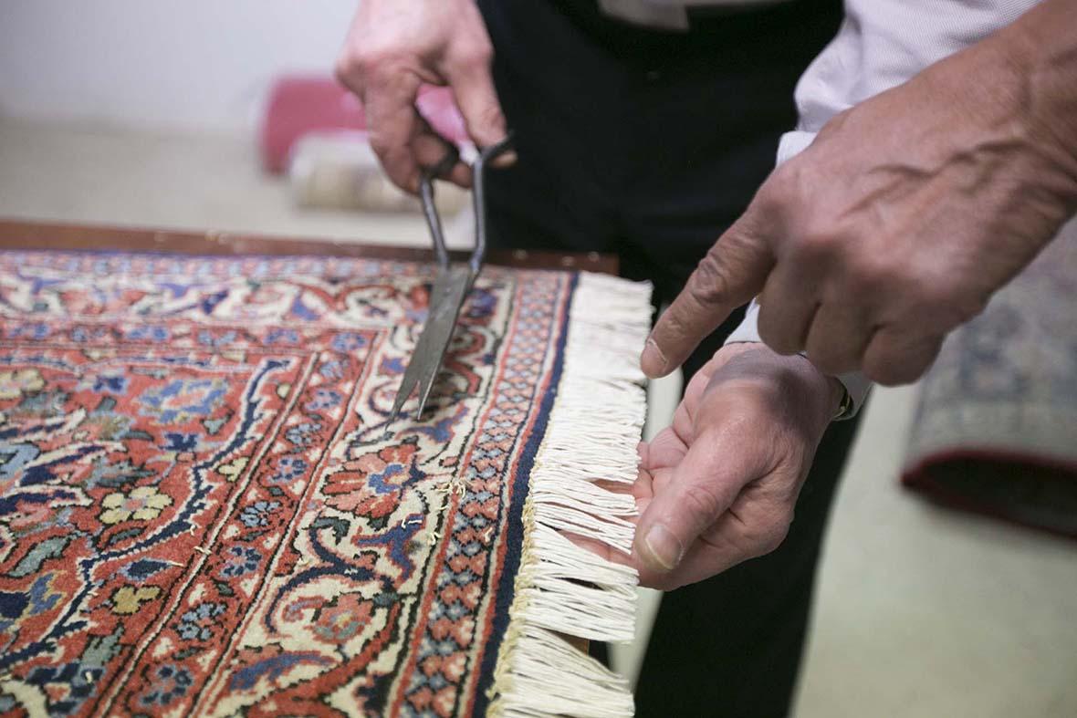 Bilden visar hur man sätter nya fransar på en matta.